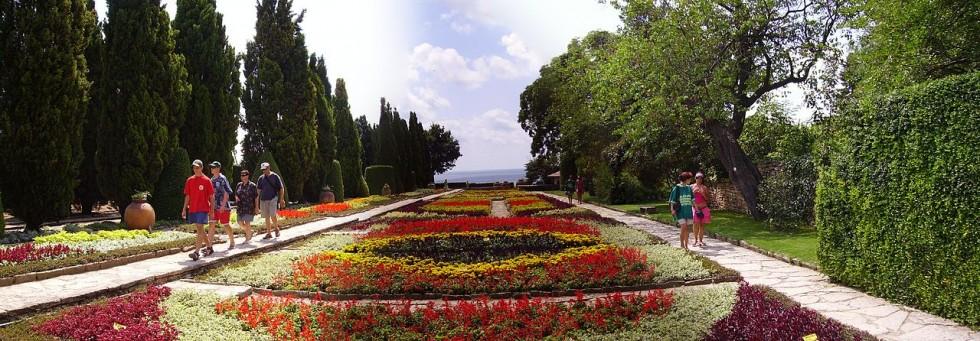 1280px-Balchik_flowers